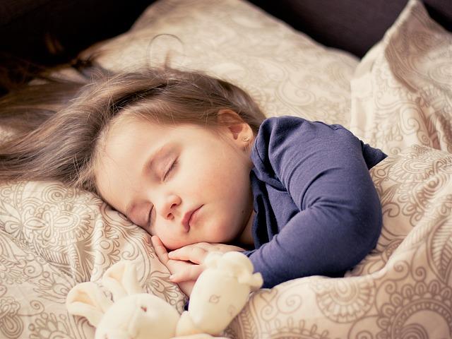 baby 1151351 640 - 子供の寝かしつけが楽ちんに!天井・壁に映せる「動く絵本」紹介。2020年最新