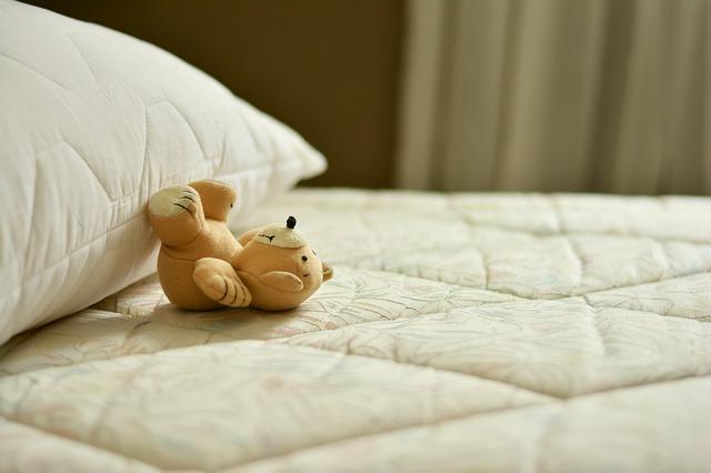 makura1 - 【赤ちゃんの寝かしつけコツは?】照明を工夫してみて変わった事!