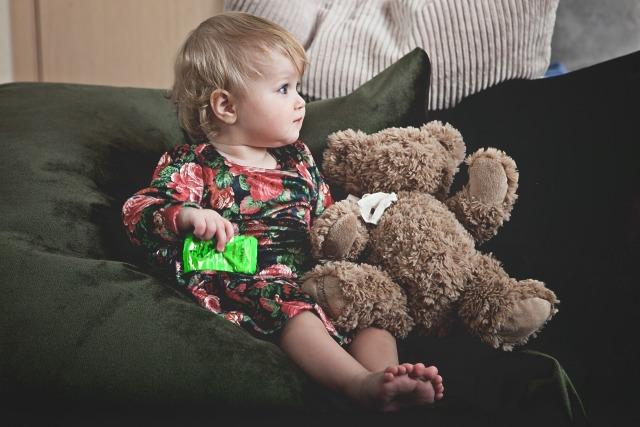 sofa noboru - 赤ちゃん・子供がソファに登る対策!ソファから落ちないかハラハラ。安全面の対策はどうしたら良い?