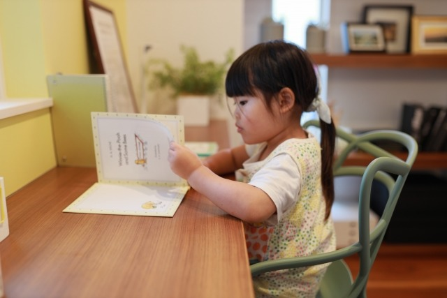 gakushu - 子供がひらがな練習をやる気になるリビング学習とその環境作り。デスクや椅子にも工夫を