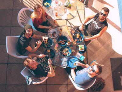 photo 1574791327995 56b12771a810 400x300 - 円形ダイニングテーブルのオススメな選び方。皆で囲める円卓がおしゃれ6選!