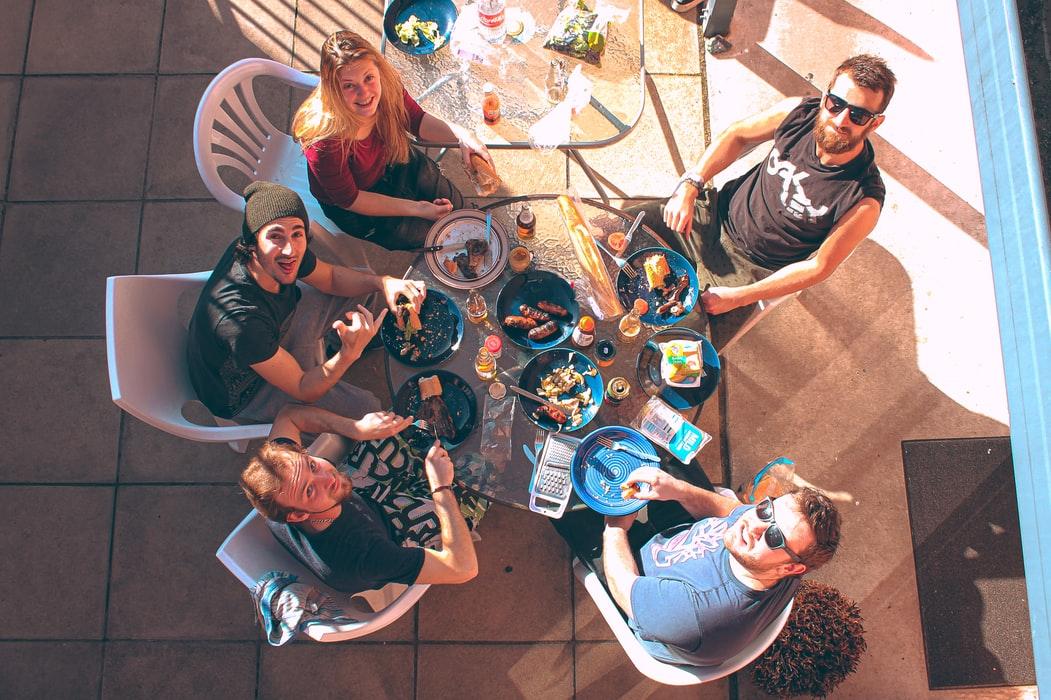 photo 1574791327995 56b12771a810 - 皆で囲める!円形ダイニングテーブルの選び方・実例。おしゃれ&おすすめ円卓・丸テーブル6選