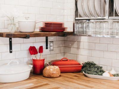 becca tapert A L2xNKgENg unsplash 400x300 - 一人暮らしに便利なミニ食器棚!狭い部屋でも使える選び方