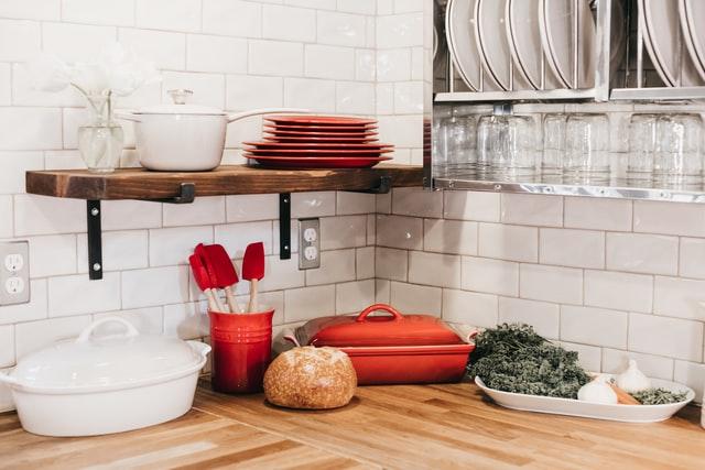 becca tapert A L2xNKgENg unsplash - 一人暮らしに便利!【おすすめミニ食器棚6選】狭い部屋でも使える選び方